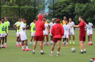 Thomas Christiansen (der.) habla con los jugadores. Foto:Fepafut