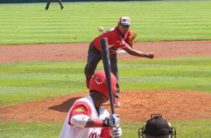 El lanzador Gilberto Méndez de Metro con buena actuación ante Coclé. Foto:Fedebeis
