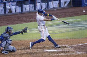 Carlos Correa pega su cuadrangular en el cierre de la novena entrada.