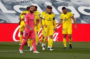 Jugadores del Cádiz festejan, ante Sergio Ramos del Real Madrid. Foto:EFE