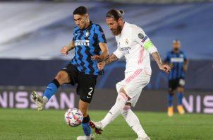 El defensa del Real Madrid, Sergio Ramos (d), despeja el balón ante el jugador marroquí del Inter de Milán, Achraf Hakimi. Foto:EFE