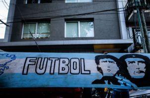 Fanáticos de Diego ponen carteles en la clínica donde se operó. Foto:EFE
