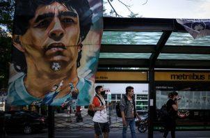 Carteles y banderas alusivas al exfutbolista y entrenador argentino Diego Armando Maradona cuelgan en una estación de bus cercana a la clínica Olivos. Foto:EFE
