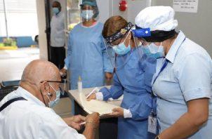 Pacientes atienden sus síntomas y molestias en la Clínica Post COVID.