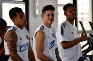 Jugadores de Colombia Jeison Murillo (i), James Rodríguez (c) y Edwin Cardona durante una sesión de entrenamiento en Barranquilla. Foto:EFE