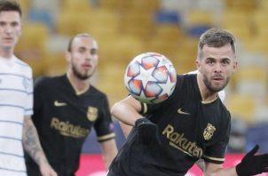 Miralem Pjanic (der.) de Barcelona intenta controlar el balón en el partido contra Dynamo Kiev. Foto:EFE