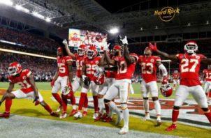 Los protocolos de seguridad son obligatorios en la NFL. Foto:EFE