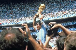 Diego Maradona levanta de la copa de campéon en México 1986. Foto:EFE
