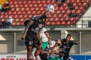 Azmahar Ariano salta a rematar el balón con la cabeza. Foto:LPF