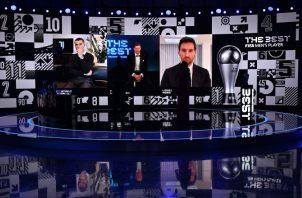 Robert Lewandowski (cent.) fue elegido el mejor jugador del 2020 por la Fifa. Foto:EFE