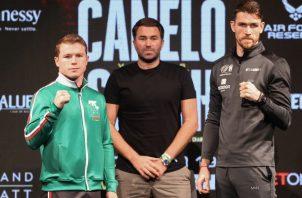 Saúl 'Canelo' Álvarez (izq.) y su británico Callum Smith (der.). Foto:EFE