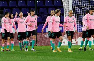 Los jugadores del Barcelona festejan su tercer gol. Foto:EFE
