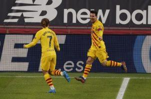 Messi (der.) celebra con Griezmann tras marcar ante el Athletic. Foto:EFE