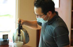 José David Torres, prepara el café para la catación de los visitantes, mientras explica todo el proceso. Bryan Patiño