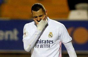 El delantero del Real Madrid Karim Benzema, lamenta la derrota. Foto:EFE