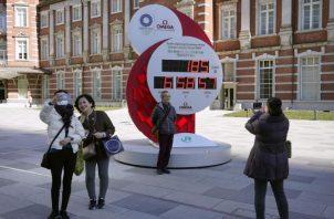 Los transeúntes posan ante un reloj de cuenta atrás de los Juegos Olímpicos. Foto:EFE