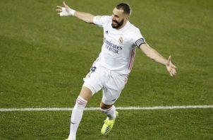 El delantero francés del Real Madrid, Karim Benzema, celebra su segundo gol ante el Alavés. Foto:EFE