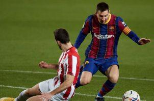 Messi del Barcelona (der) juega un balón ante Lekue del Athletic. Foto:EFE
