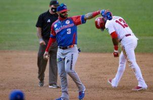 El pelotero dominicano Jonathan Villar (i) en acción junto al panameño Allen Córdoba. Foto:EFE