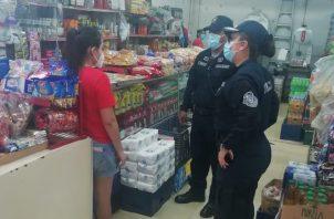 La Policía además de luchar contra el crimen, hace cumplir normas sanitarias.