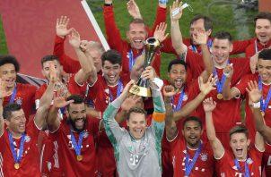 Los jugadores del Bayern Munich con el ´trofeo de campeones del Mundial de Clubes. Foto:EFE