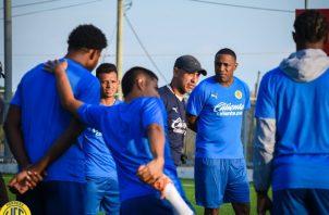 Julio Infante (cent) habla con los jugadores. Foto:Twitter