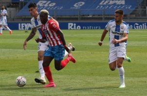 José Luis 'Puma'Rodríguez conduce el balón en un partido del Lugo. Foto:EFE