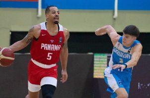 Trevor Gaskins de Panamá (5) es marcador por un jugador de Uruguay. Foto:@FIBA