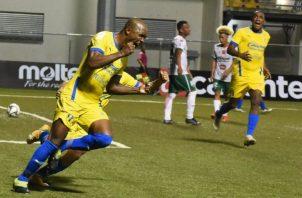 Julio Caicedo de Herrera (izq.) festeja su gol ante Chiriquí, mientras que Luis Tejada (der.) lo observa. Foto:@herrerafc_