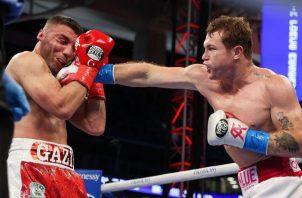 'Canelo' Álvarez (der.) golpea al turco Ani Yildirim. Foto:EFE