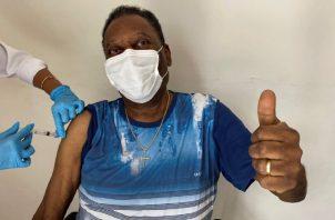 Pelé es inyectado contra el coronavirus. Foto:EFE