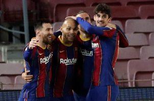 Los jugadores del Barcelona celebran el gol de Braithwaite (cent.) durante el partido de vuelta de semifinales de la Copa del Rey. Foto:EFE