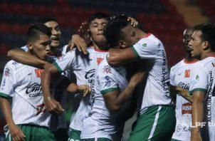 'Chino' Pereira es felicitado por sus compañeros en Chiriquí Foto:LPF