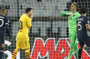 Messi del Barcelona (izq.) se lamenta, luego de fallar el penal ante el portero tico Keylor Navas del PSG. Foto:EFE