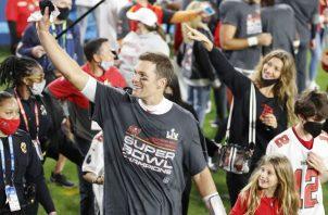 Tom Brady festeja haber ganado el Super Bowl con Tampa. Foto:EFE
