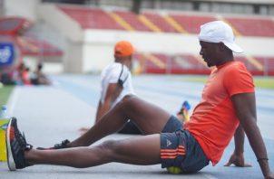 Alonso Edward durante los entrenamientos en el estadio Rommel Fernández. Foto:Pandeportes