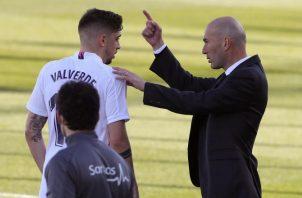 El entrenador Zinedine Zidane del Real Madrid, da algunas instrucciones a Francisco Valverde. Foto:EFE