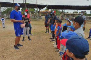 Rubén Rivera habla con los infantes en Puerto Caimito, La Chorrera. Foto:Cortesía