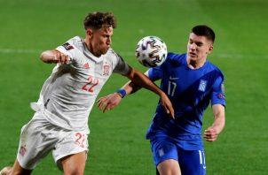 El defensa de la selección española, Marcos Llorente (i), lucha con Christos Tzolis, de la selección griega. Foto:EFE