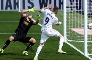 El delantero del Real Madrid Karim Benzema, y el portero del Eibar Marko Dmitrovic en acción durante el partido de ayer. Foto:EFE
