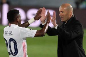 El entrenador Zinedine Zidane felicita al brasileño, Vinicius. Foto:EFE