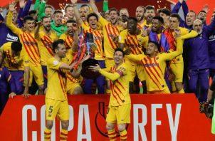 Jugadores y cuerpo técnico del FC Barcelona posan con el trofeo de campeones tras la final de la Copa del Rey. Foto:EFE
