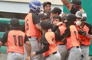 Peloteros de Los Santos festejan la clasificación. Foto:Fedebeis