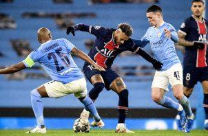 Neymar no pudo con la marca del Manchester City. Foto:EFE