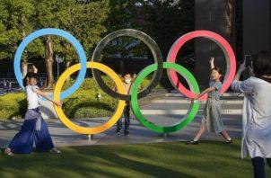 Aficionados se toman fotos con las argollas olímpicas cerca del Nuevo Estadio Nacional, un Estadio Olímpico para Tokio 2020, Japón. Foto:EFE