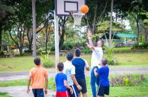 Blas Pérez con los niños en La Chorrera. Foto: Cortesía