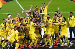 Los jugadores del Villarreal de España festejan con la copa de 'Europa League'. Foto:EFE