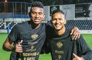Jossiel Núñez (izq.) y Alberts Frutos lograron ascende con el Intercity en el fútbol español. Foto:Twitter