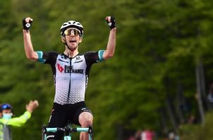El británico Simon Yates ganó en buena forma la etapa de ayer en el Giro. Foto:EFE