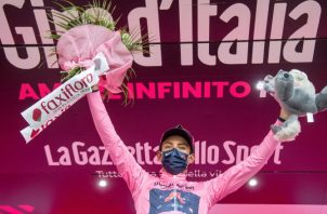 Egan Bernal se encuentra a un paso de ganar el Giro de Italia. Foto:EFE
